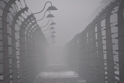 Campo de Auschwitz bajo la niebla