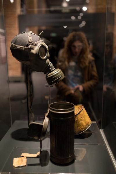 Máscara de gas encontrada en el campo de Auschwitz