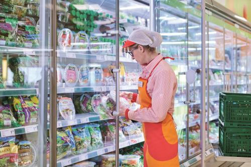 Trabajadora de Consum en uno de los supermercados de la compañía.