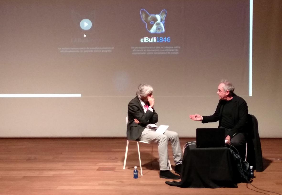 Ferrán Adrià conversa con el periodista Fernando de Haro durante Demos 2017.