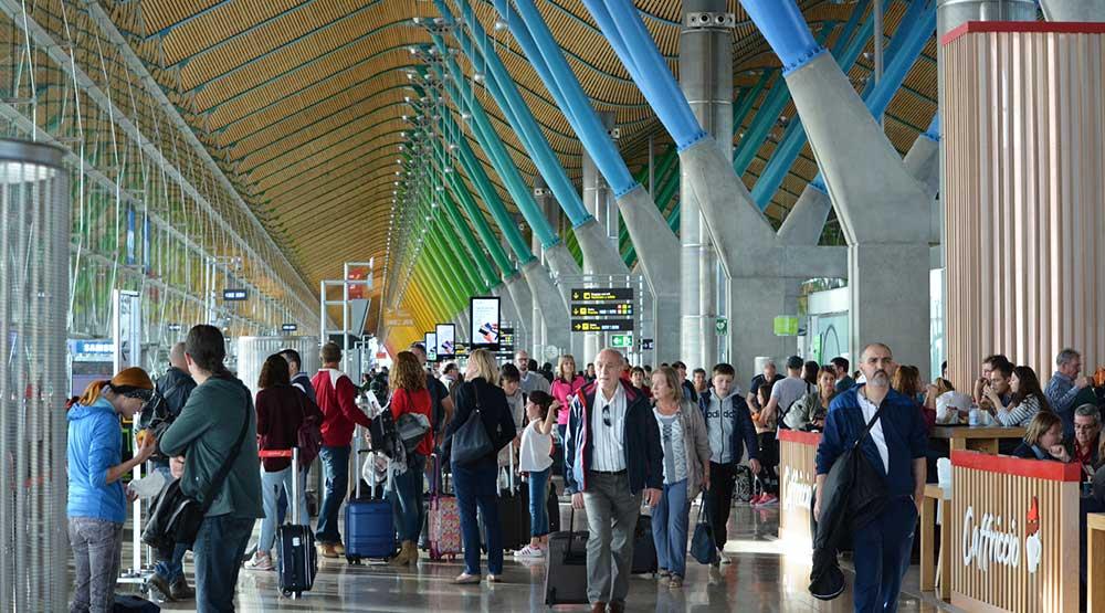 El Pasaporte COVID despeja el libre pero controlado tránsito de pasajeros en los aeropuertos europeos