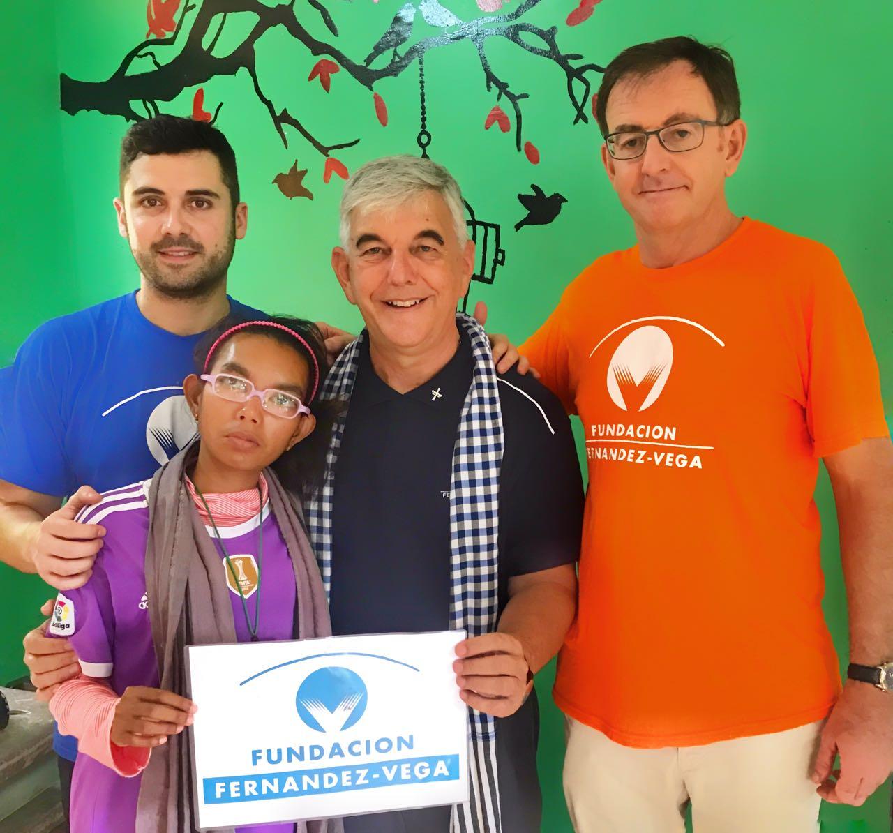 Alberto Barros, Kike Figaredo, Tomás Parra y Sembrita, una niña camboyana.