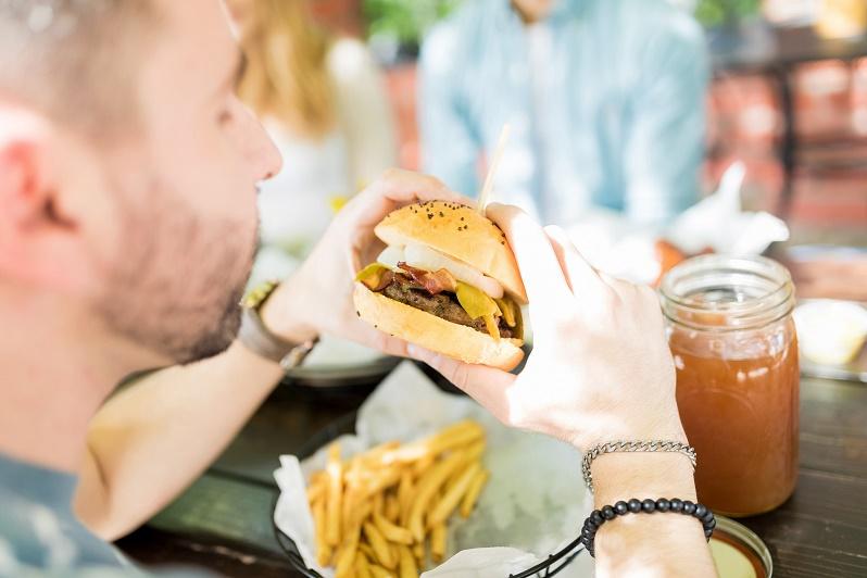 Consumir alimentos y bebidas ultraprocesados podría aumentar el riesgo de padecer un cáncer colorrectal.