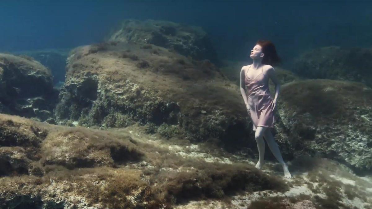 El vídeo está protagonizado por la bailarina canadiense Claire Friesen.