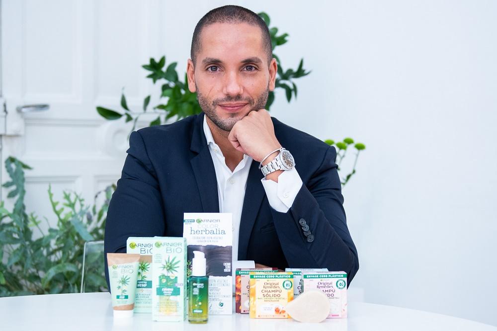 André Albarrán, director general de Garnier en España, con la línea de productos sostenibles.