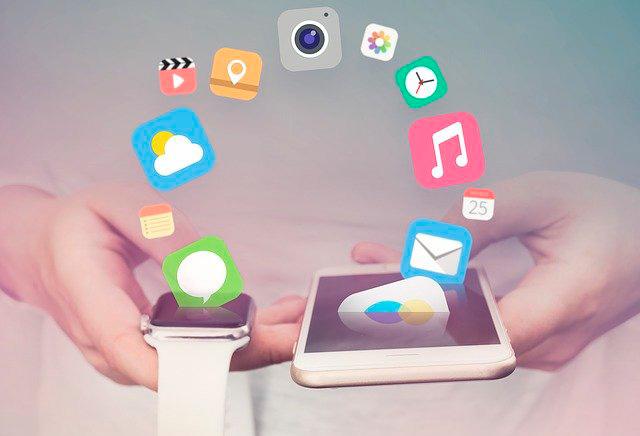 Una persona manipula, y conecta, un teléfono móvil y un smartwatch