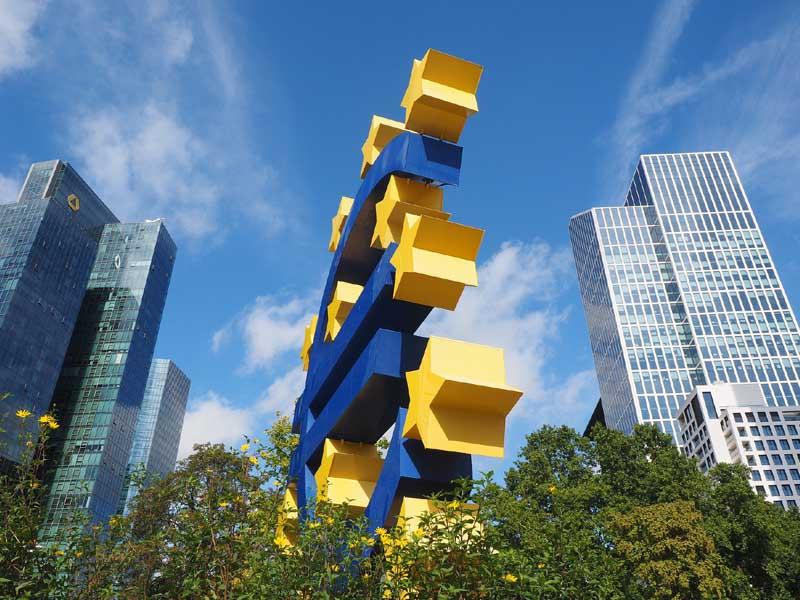Escultura del euro frente a la sede del Banco Central Europeo