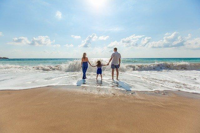 Una familia comparte un momento especial en la playa