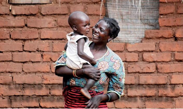 Madre camerunesa con su hijo.