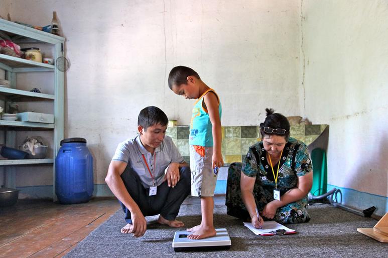 Un niño se pesa en una báscula en un país del sudeste asiático.