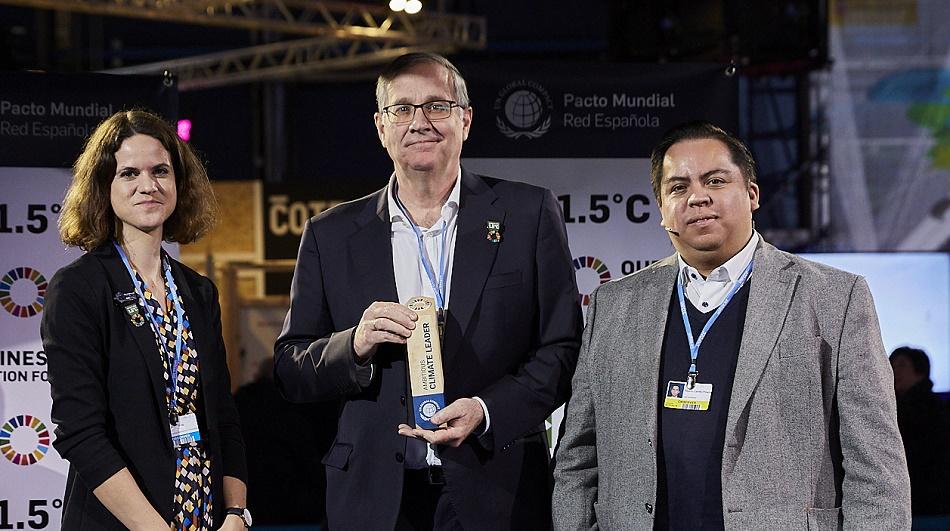 Carlos Sallé recibe el reconocimiento de manos de Anna Kruip, directora de Medio Ambiente y Clima de Global Compact, y Alberto Carrillo, responsable de SBT en CDP