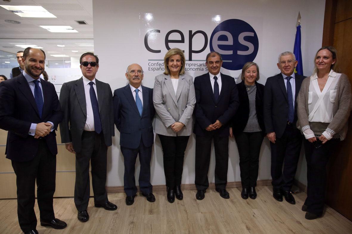 La ministra de Empleo y Seguridad Social con miembros de la junta directiva de Cepes. A su izquierda, el presidente de esta confederación, Juan Antonio Pedreño.