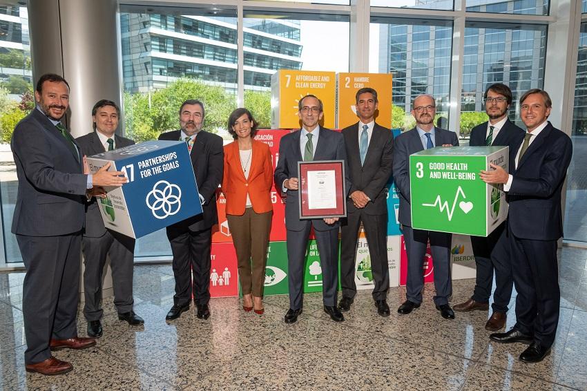 Directivos de Iberdrola y de Aenor junto al resto del equipo implicado en el proceso de certificación.