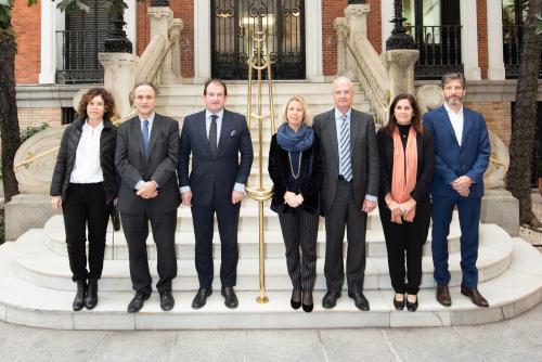 Raúl Grijalba y Montserrat Moliner posan junto a los miembros del nuevo Comité Ejecutivo de Forética: Francisco Javier Dueñas, Arturo García, Pilar García de la Puebla, Ángel Fraile y Pilar Suárez-Inclán.
