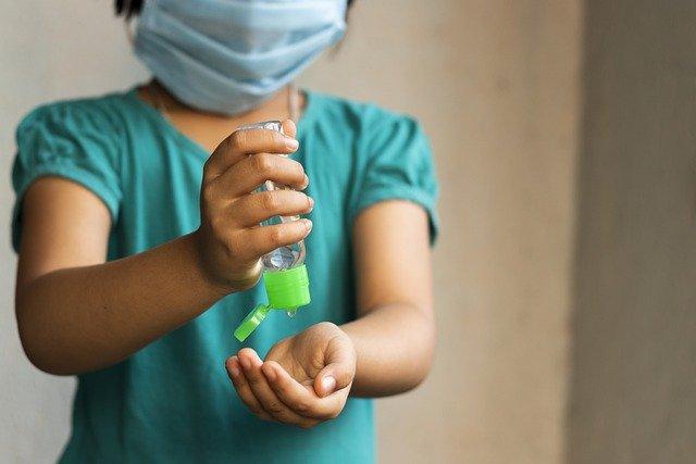 Niño indio protegido con mascarilla