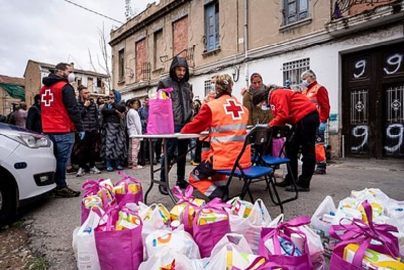 Voluntarios de Cruz Roja reparten artículos de higiene durante la pandemia