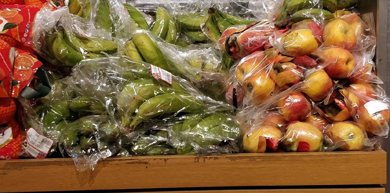 Fruta sobreenvasada en el lineal de un supermercado.