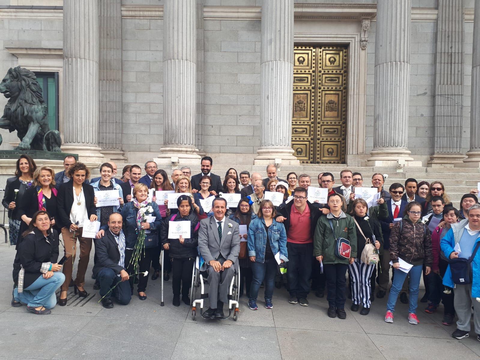 Personas con discapacidad ante el Congreso, tras aprobarse la reforma legislativa.