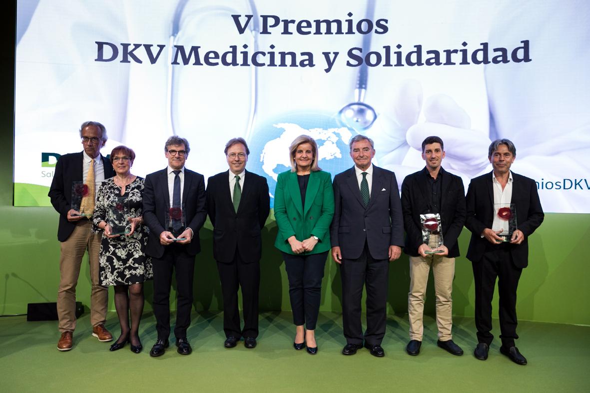 De izquierda a derecha, los doctores Bonaventura Clotet, María Luisa Manrique, Rafael Gotsens y Josep Santacreu, la ministra Fátima Báñez, Javier Vega de Seoane, y los doctores Oriol Mitjà yEnrique Mínguez.
