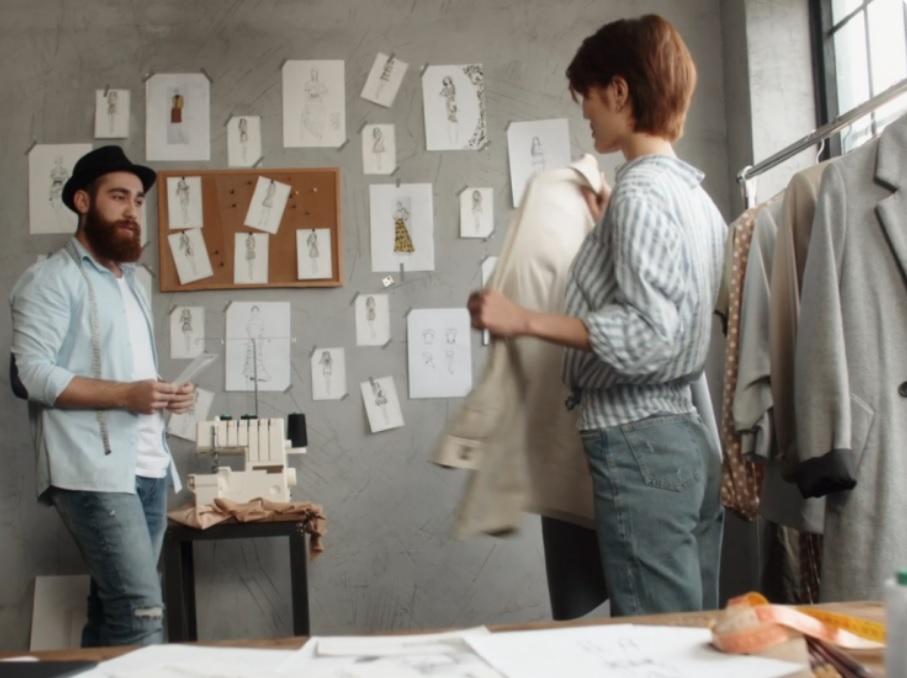 Diseñadores creando prendas de moda sostenible (Foto: Zalando)