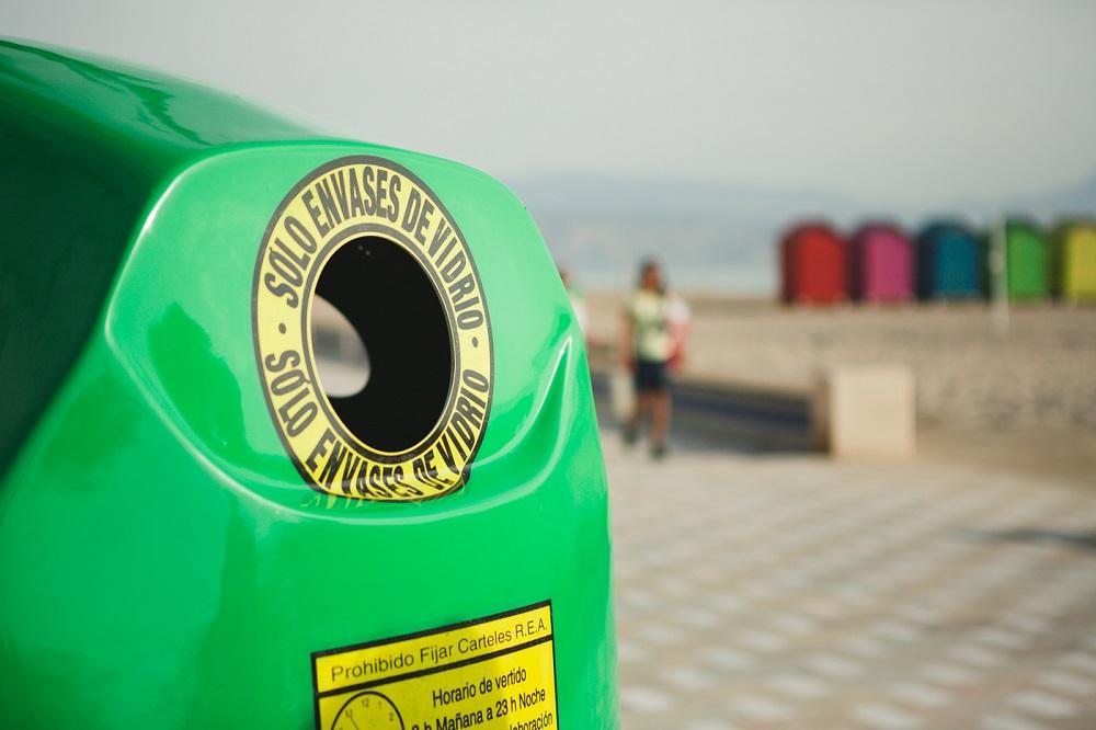 Contenedor de reciclaje de vidrio.