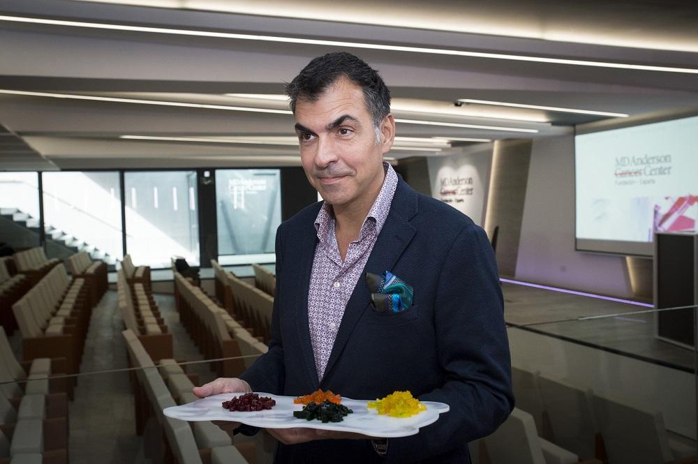 El chef Ramón Freixa con muestras de varias gelatinas que concentran distintos sabores.