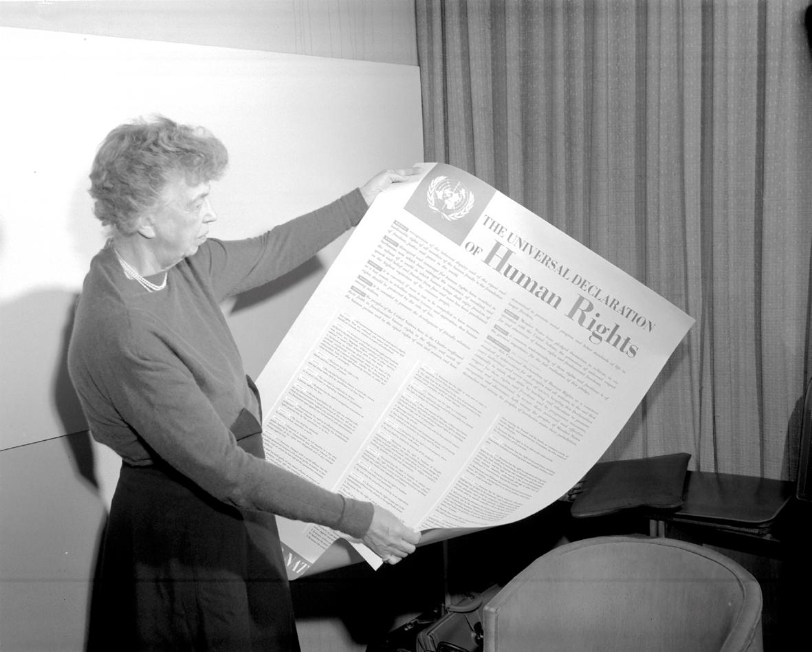 Eleanor Roosevelt con la Declaración Universal de los Derechos Humanos.