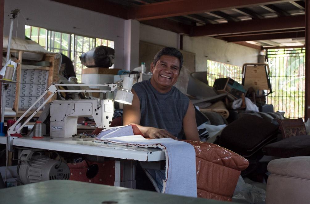 Emprendedor beneficiario de un microcrédito de la Fundación Microfinanzas BBVA