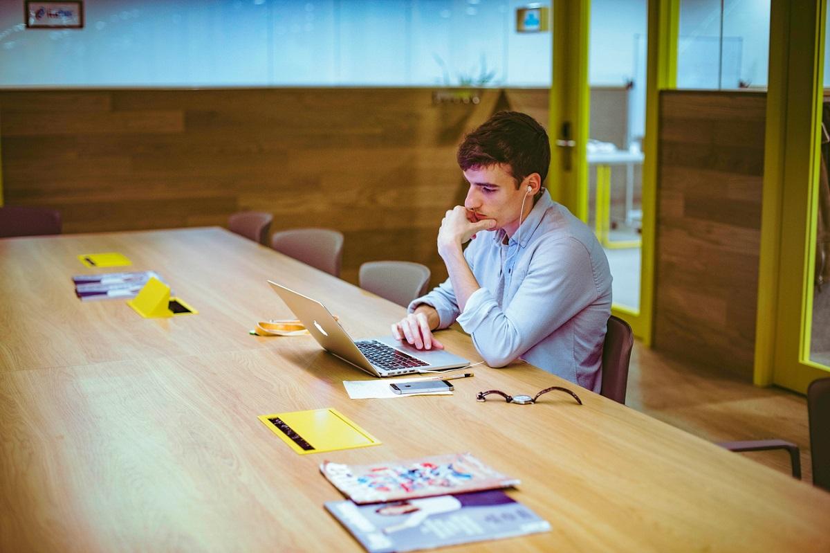 Un emprendedor, en uno de los espacios de Impact Hub Madrid. (Foto: Víctor Luengo)