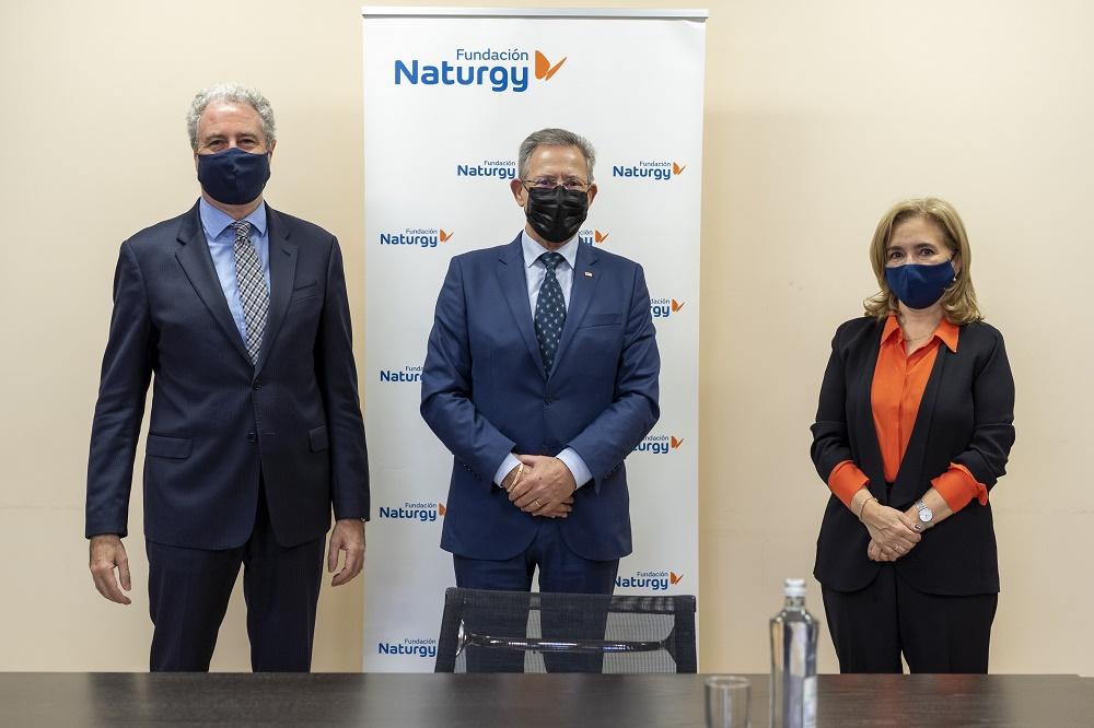 El vicepresidente de Fundación Naturgy, Jordi Garcia Tabernero; el presidente de Cruz Roja Española, Javier Senent, y la directora general de Fundación Naturgy, María Eugenia Coronado.