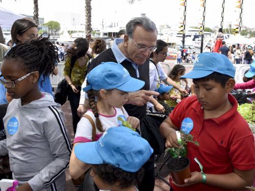 """El presidente de la Fundación Bancaria """"la Caixa"""", Isidro Fainé, rodeado de niños."""