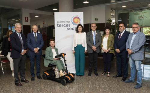 La ministra Carmen Montón junto a los responsables de la Plataforma del Tercer Sector.