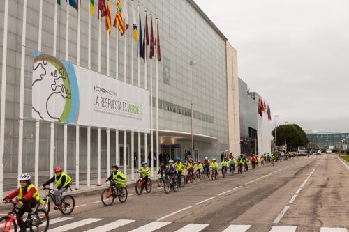 Niños en bicicleta ante las instalaciones del Conama.