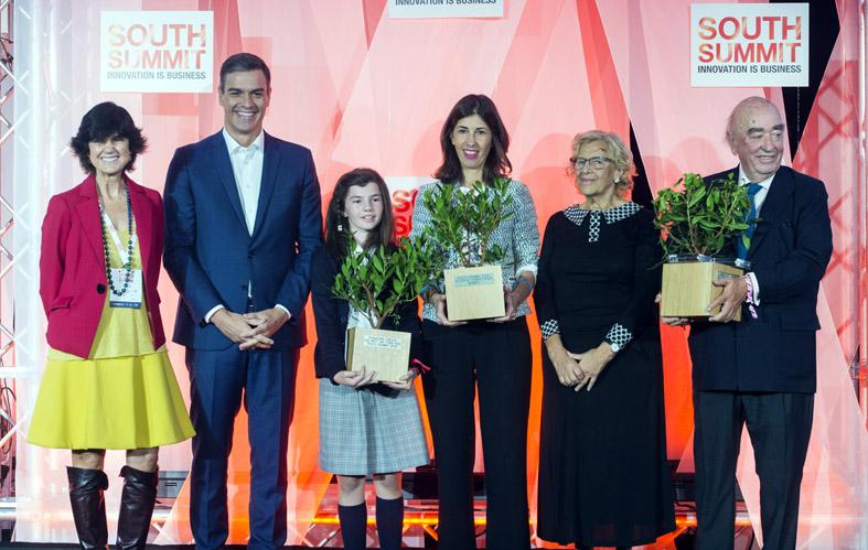 Pedro Sánchez, Manuela Carmena y María Benjumea junto a los ganadores.