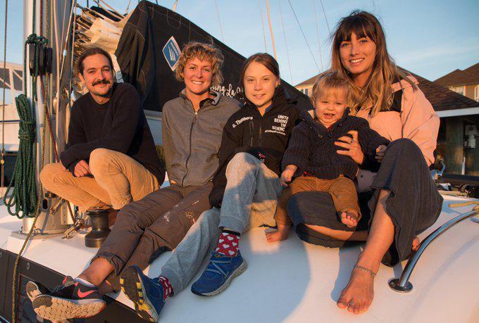 Greta junto a la familia que la ha acogido a bordo del catamarán 'La Vagabonde'.