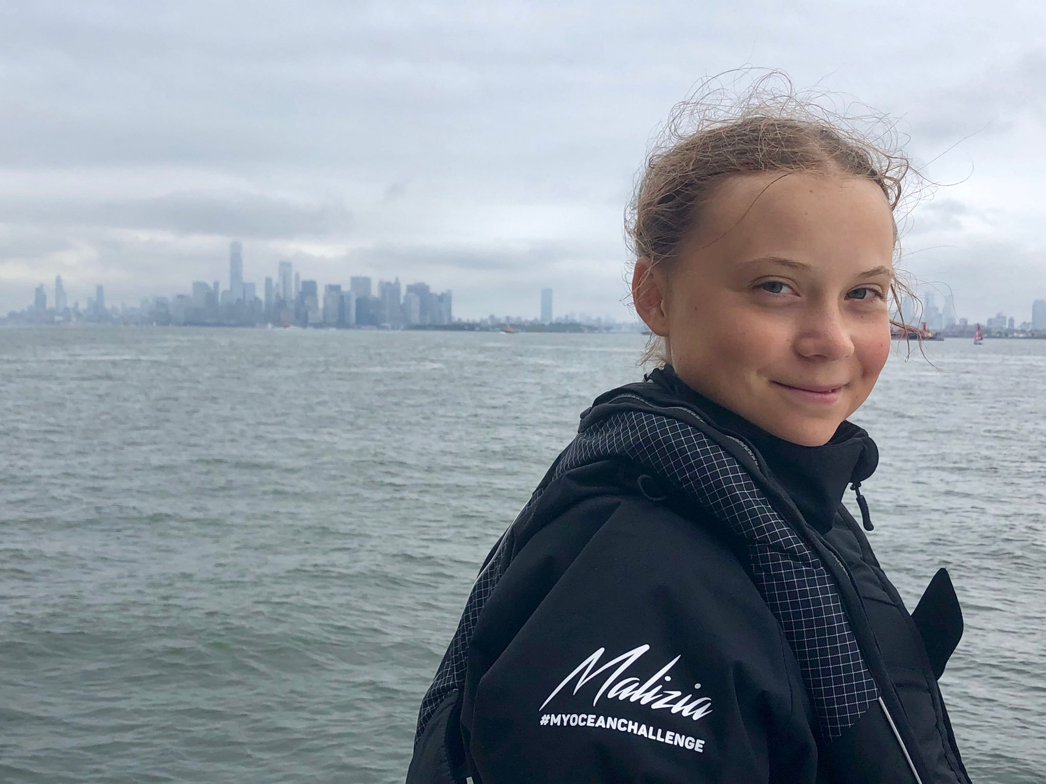 Greta a bordo del 'Malizia II' arribando a Manhattan. Foto: Twitter de Greta Thunberg.
