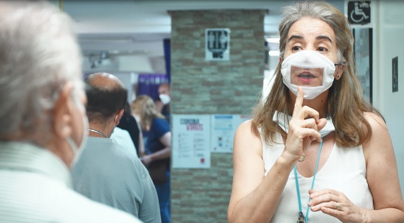 Una persona sorda con la mascarilla confeccionada por voluntarios de Iberdrola.