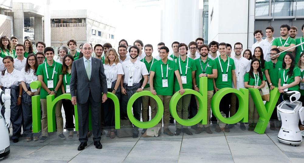 Ignacio Sánchez Galán con jóvenes participantes en Innoday.