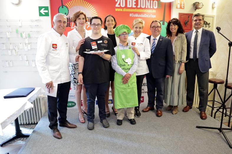 La ministra de Industria, Comercio y Turismo en funciones, Reyes Maroto, junto al resto de participantes en el evento.