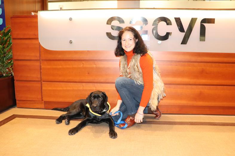 'Reto' junto a su cuidadora durante un año, la trabajadora de Sacyr María Dulce Ruiz.