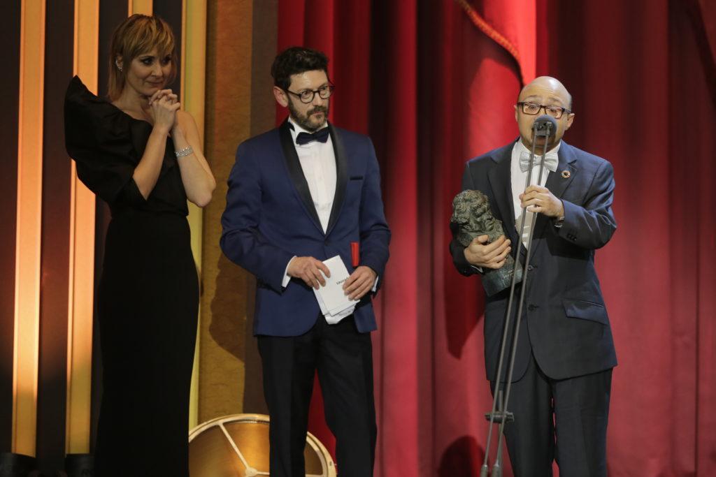 Jesús Vidal con su Goya que ha recibido de manos de Nathalie Poza y Manolo Solo.