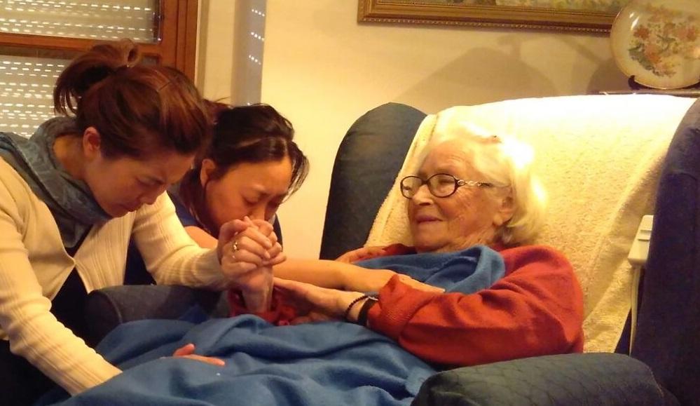 Jóvenes coreanas besan las manos de la superviviente se Auschwitz, Edith Roth