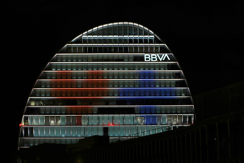 La Vela de BBVA se ilumina por los servicios sanitarios ante el coronavirus.