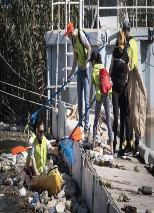 Voluntarios recogiendo plástico del Segura.