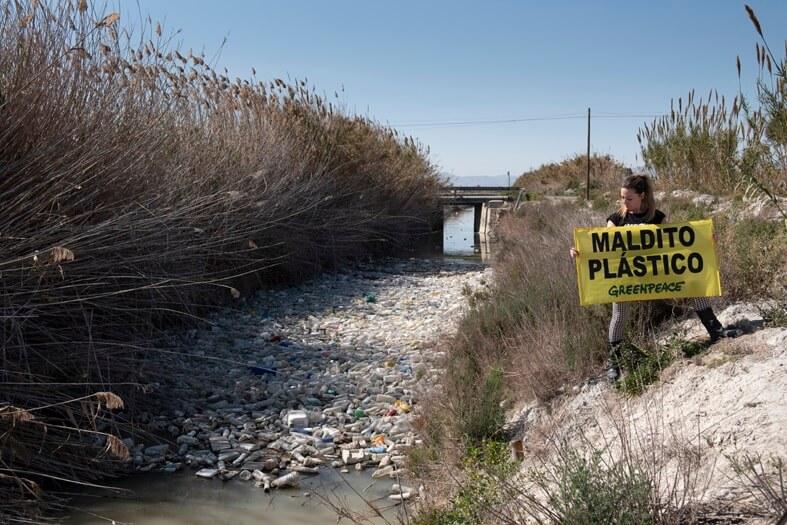 Activista de Greenpeace con pancarta junto al río Segura
