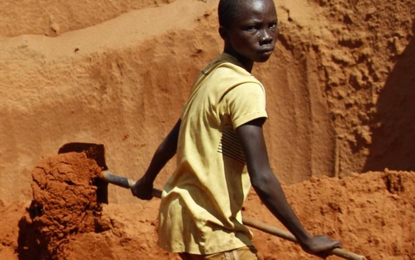 Niño excavando en una mina de coltán de la RDC (Foto: Amnistía Internacional)