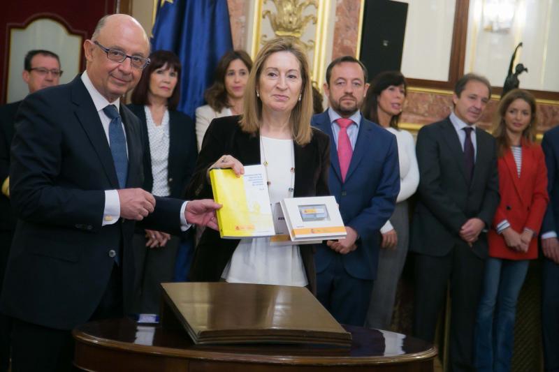 El ministro Montoro y la presidenta del Congreso, Ana Pastor, durante la presentación de los PGE.