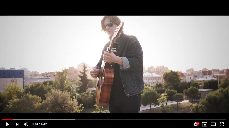 El cantautor Nacho Vegas, en el videoclip de 'No me voy a Marte'.
