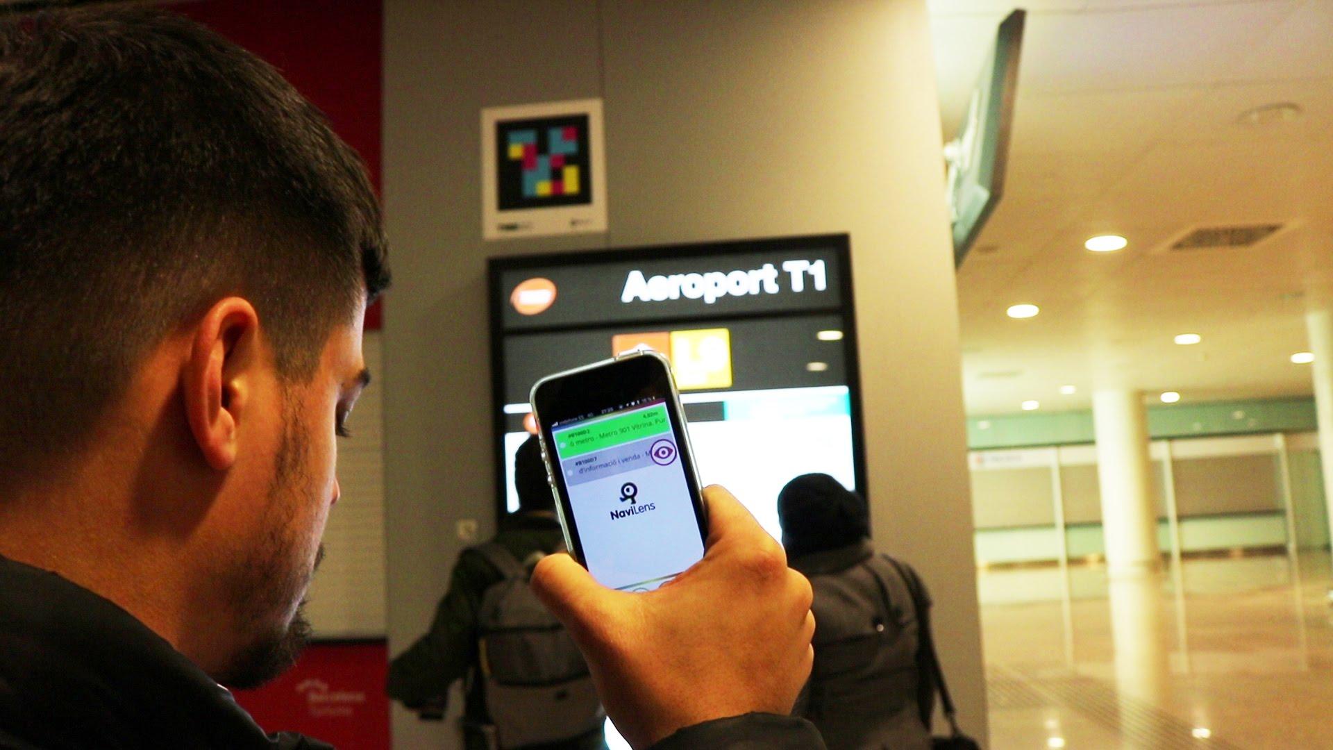 Un usuario ciego utiliza NaviLens en un aeropuerto.