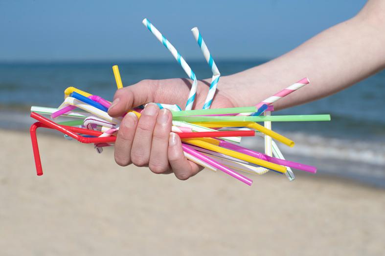Las nuevas normas prohíben el uso de determinados productos de plástico desechables como las pajitas.